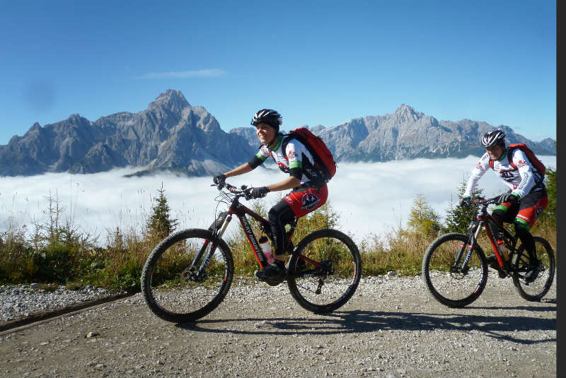 Mountainbiker in den Dolomiten