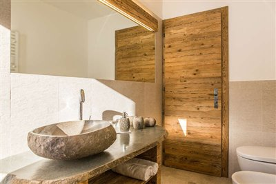 Bathroom in comfortroom with stone washtable in Hotel Rosengarten Dobbiaco